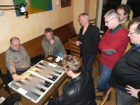 Finale der Second Chance und Entscheidung über die Berliner Backgammon-Meisterschaft 2013 - Igor K gegen Tilman, Kiebitze. Wem Matthias die Daumen drückt, zeigt er uns nicht