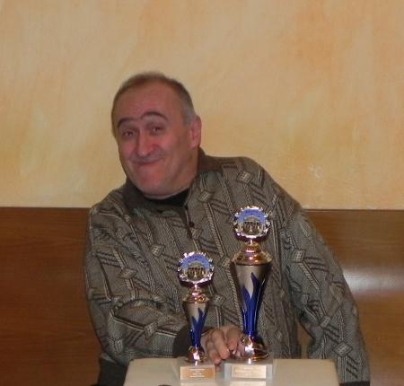 Igor K, Berliner Backgammon-Meister 2013. Das Krokodil hat sich zwei Pokale geschnappt: Einen für die Berliner Meisterschaft, den anderen für den Sieg in der Second Chance