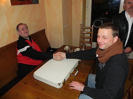 Nimmt die Niederlage sportlich: Guido gratuliert nach dem Match Igor, auch wenn er sich ein anderes Ergebnis gewünscht hätte. So soll es sein!