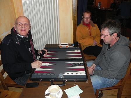 Achtelfinale – Bernhard Ludwig (li) darf zuerst an den Chouettetisch, Ralf muss noch das Viertelfinale abwarten, dann darf er auch!
