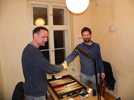 Vor dem Finale - Peter (re), der spätere Turniersieger, und Michael beim Shake Hands