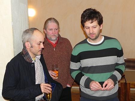 Howard, Thomas, Peter (von li) beobachten das 2. Halbfinale