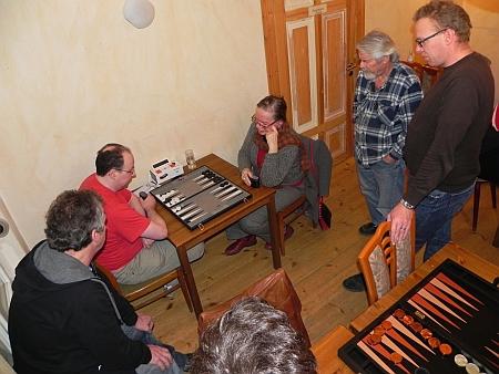 Umlagert: Turnierneulinge Wolfgang und Anna beim 4. Match, Turniertutor Ralf (li), Kiebitze