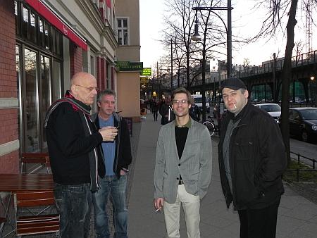 Zigarettenpause vor dem Lokal - Bernhard Ludwig, Ralf, Jochen, Igor B (von li)