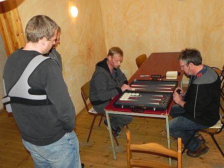 Petrus (li) hatte nach der Vorrunde drei Siege, davon einen gegen Ralf (re). Es kiebitzt Guido (verletzt)