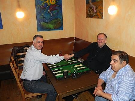 Vor dem Finale der 2nd Chance: Hamid (li) gegen Igor K, den amtierenden Berliner Backgammonmeister. Kiebitz Csabo kiebitzt noch nicht.