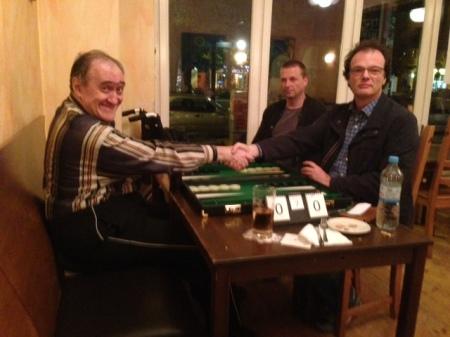 Händedruck vor dem kleinen Finale: Igor K (li), Dankwart. Im Hintegrund Guido, der das Spiel live protokolliert hat.