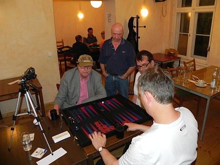 Spannendes Finale im Side Event. Dieter (li) gegen Bernhard Kaiser, Kiebitze