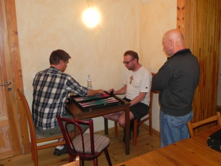 Finale des Stechens um den Einzug in die Second Chance: Andre Larsen (li) gegen Thorsten Miesel. Göran kiebitzt