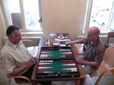 Zwei Latecomer und seltene Gäste: Hamid (li) vs Rolf (re) in der Vorrunde. Später sollten sie noch einmal aufeinander stoßen.