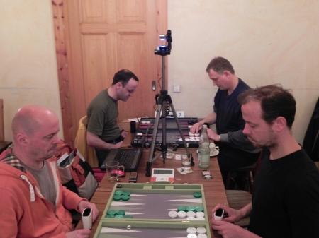 Im ersten Match der Vorrunde: Rolf (li im Vordergrund) gegen Steffen, Martin (li im Hintergrund) gegen Bernhard Kaiser