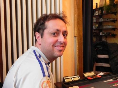 Der in Reykjavik lebende Madrilene Jorge Fonseca mit griechischem Fanshirt