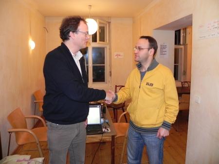 Der Turnierleiter gratuliert Martin, dem Turnierdritten des Jahresendturniers 2014
