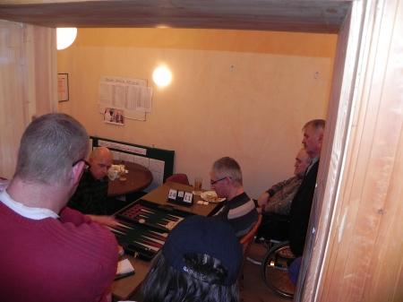 Finalspiel im eigenen Raum abseits des Trubels, aber mit Kiebitzen: Georg (li), Matthias