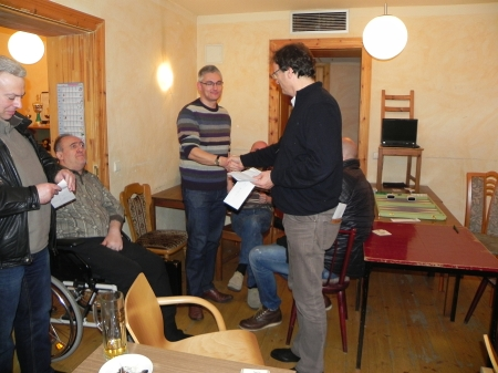 Händedruck für Matthias, den Finalisten des Jahresendturniers
