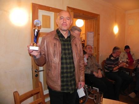 Georg in Siegerpose mit Pokal
