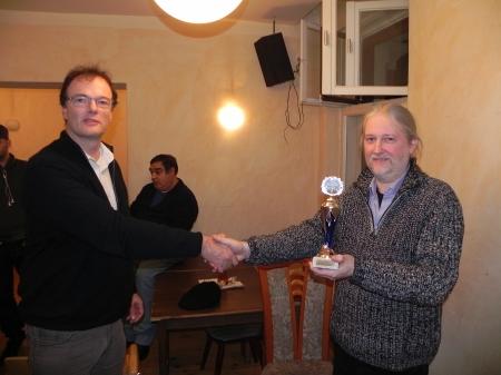 Thomas, der Ranglistendritte, nimmt den Pokal von Dankwart entgegen