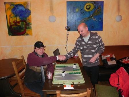 Handshake vor dem Finale: Dieter (sitzend) und Rolf