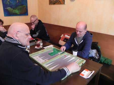 Bernhard Ludwig Winkelhaus (li) gegen Rolf Schüler, dahinter Robert gegen Igor B (verdeckt)