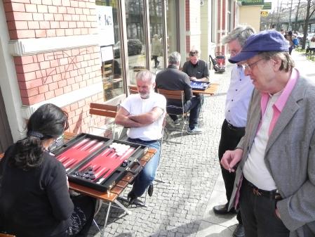 Backgammon in der Sonne: Im Vordergrund Iris gegen Gerhard, weiter hinten Sokrates gegen Michael. Dieter und Kurt kiebitzen.