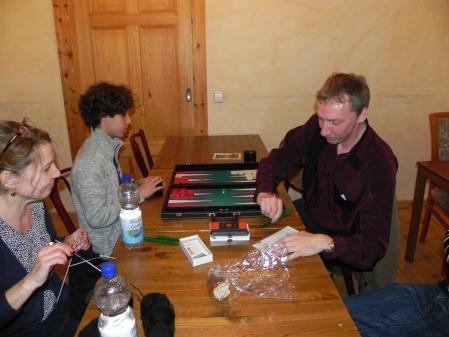 Lutz (re), Paschzauberer im letzten Wurf des DMP, und Yonas. Sabine kiebitzt