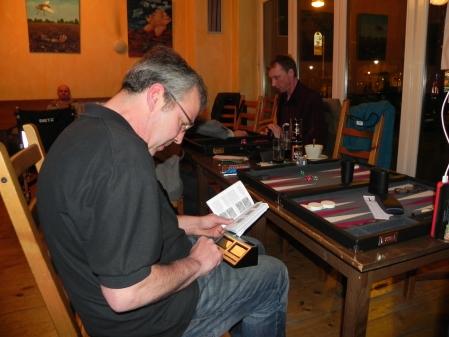 Entscheidende Neuigkeiten im Handbuch: Ralf lernt kurz vor dem Finalmatch seine Uhr kennen. Es ist nie zu spät!