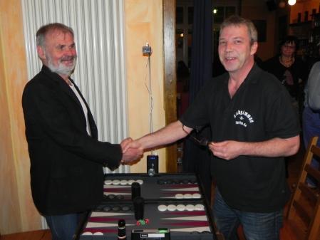 Entspannte Minen: Handshake vor dem großen Turnierfinale im Stehen. Links Gerhard, rechts Ralf