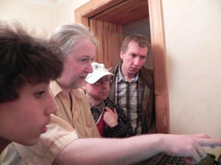 Was steht wo? Thomas erläutert Yonas (li), Heribert (dahinter) und Lutz (re), wie man seinen nächsten Gegner findet