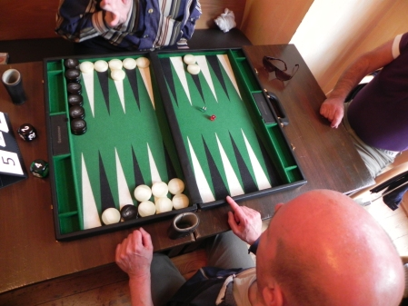 Weiß ist hier schon klarer Favorit. Aber was heißt das schon im Backgammon? Ein Joker von Schwarz kann alles ändern.