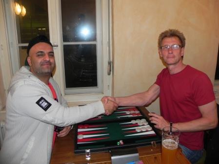 Zwei selbstbewusste Gegner: Fakir (li) und Michael Rieder beim Handshake vor dem kleinen Finale