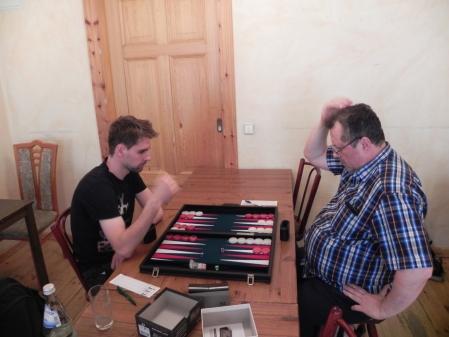 Jakob Gille (li) startete erneut in der Beginnersklasse und stellt Vitali Denkaufgaben - so wie es sich beim Denksport gehört