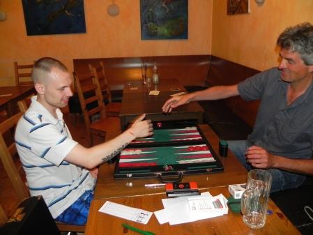 Die Hände nähern sich zum Händedruck. Vor dem Beginn des Finals der Second Chance: Paul, ausweislich des Etiketts aus Dresden (li), Stefan