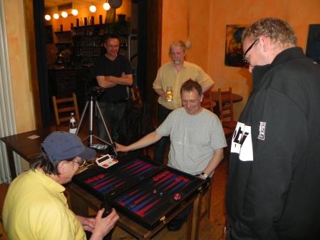 Ein Match für Audiophile: Dieter (li) gegen Bernhard Kaiser, den deutschen Backgammon-Großmeister, Kiebitze. Amüsiert sind alle.