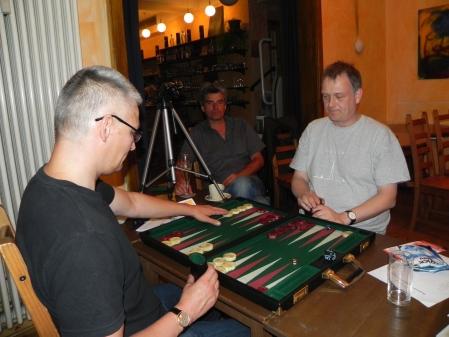 Matthias (li) gegen Bernhard im Match um den 3. Platz. Stefan Blancke entspannt nach dem Sieg in der Second Chance beim Kiebitzen.