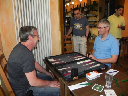 Freundlicher Wettkampf: Ralf (li), Matthias. Martin kiebitzt