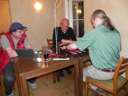 Aktiv: Thomas (vorn), Bernhard. Dieter kiebitzt