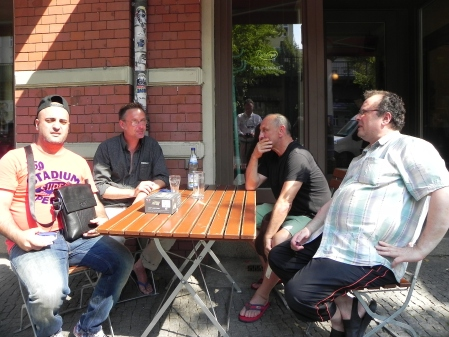 Gesellig in der Abendsonne: Fakir, Michael, Jerzy, Vitali (von li)