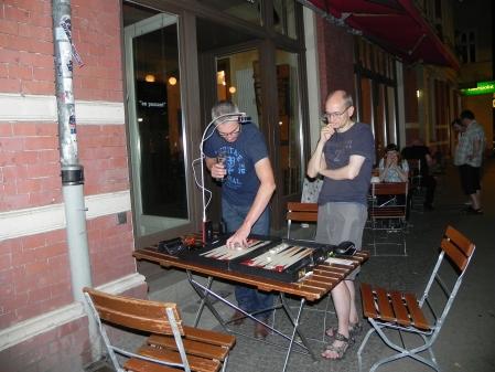 Matthias (li) und Carsten analysieren nach dem Match