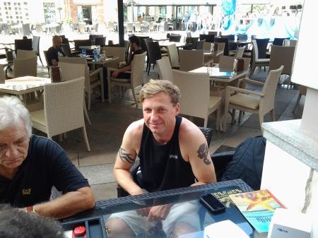 """Der erfolgreichste der Abwesenden am Tag nach dem großen Sieg: Guido Weidner bei einer Mittagschouette auf der """"Piazza"""" in Batumi (links Mario Sequeira)"""