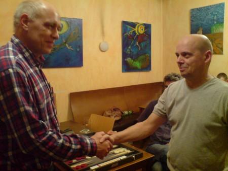 Georg Lachnit-Winter (li) nimmt den Glückwunsch von Rolf Schüler entgegen