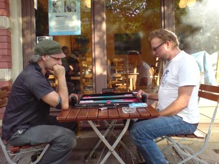Edvard Karasu (li) gg Thorsten Miesel beim Freiluftbackgammon. Subtropisch war das Klima nicht, aber warm genug durchaus