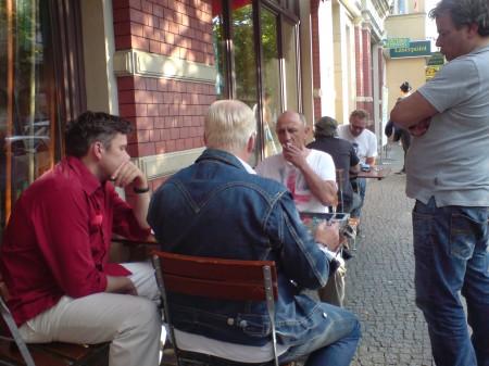 Sirko Archut (li) und Andreas Kohlschmidt (re) beobachten Frank Teller (von hi) und den Pechvogel Jerzy Behnke