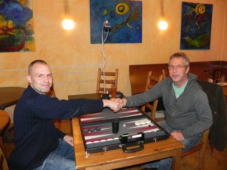Paul (li), Ralf: Handshake vor dem Finale der Second Chance