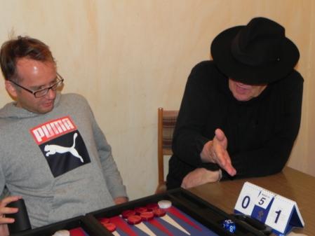 Berater erklärt Beratenem die Lage am Board: Tobias Hellwag (li), Bernhard Ludwig Winkelhaus im Beratungsdoppel