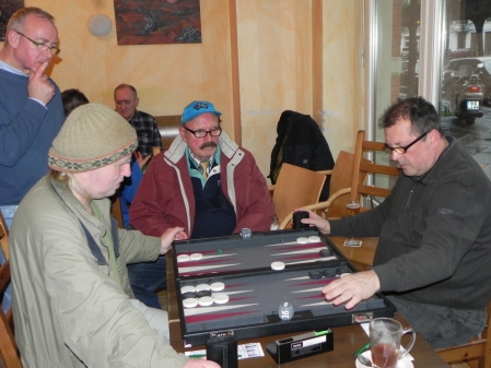 Charlie Franck (li), Vitali Olchanski führt die Hand zur Uhr, Kiebitze
