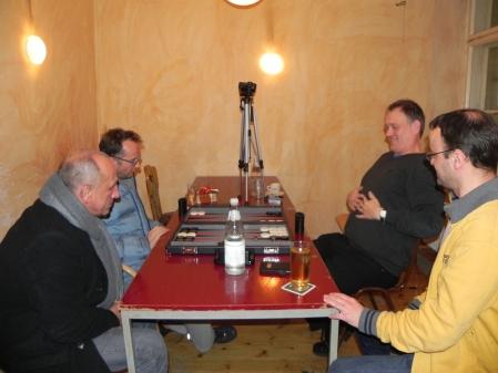 Tobas Hellwag (li) gegen Bernhard Kaiser, Kiebitze