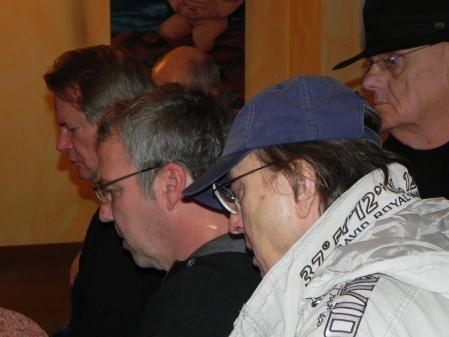 Kiebitze beim Finale: Stephan, Ralf, Dieter (von li), dahinter Bernhard Ludwig Winkelhaus