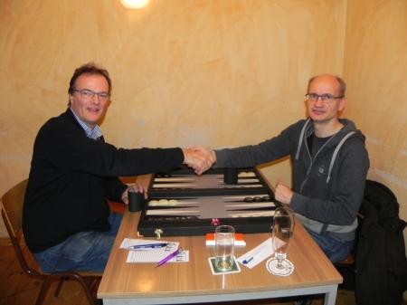 Händedruck vor dem Match um den dritten Platz: Carsten Müncheberg (re) gegen Dankwart Plattner