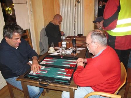 Das Turnier ist für beide zu Ende, jetzt wird noch ein bißchen mehr Backgammon gespielt: Andreas Kohlschmidt (li), Carlo Petkovsek