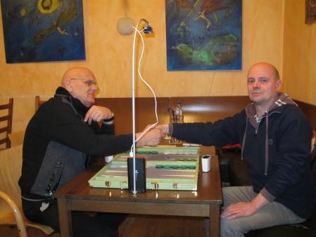 Handshake vor dem Finale der Second Chance: Bernhard Ludwig Winkelhaus (li) und Rolf Schüler